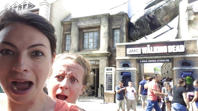 Nadja & Karina ved 'The Walking Dead' oplevelse i Universal Studios